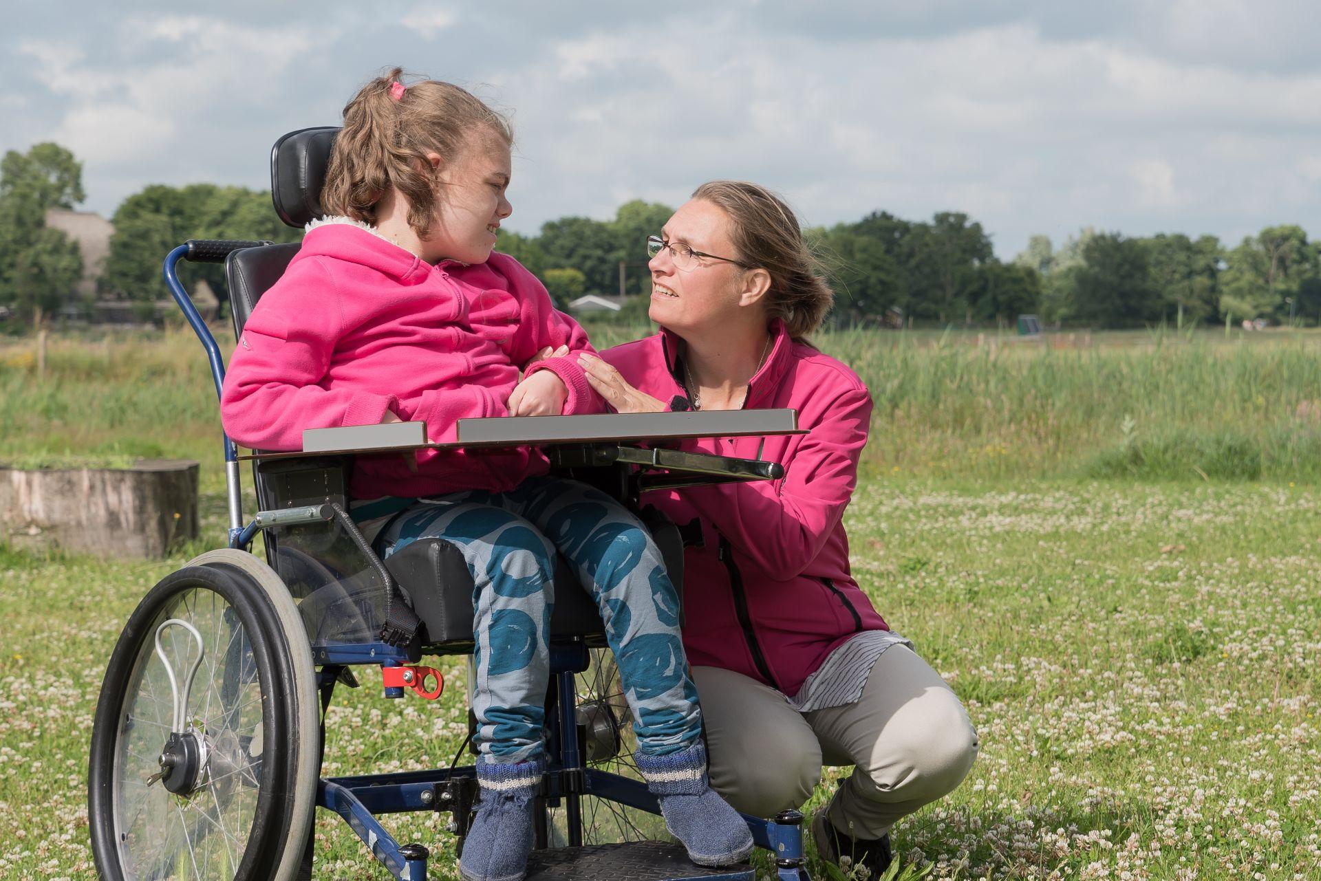shutterstock_kind in rolstoel met begeleider-ouder.jpg